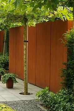 Tuinafscheiding - corTen staal muur - Artiplant. Creatieve oplossingen voor meer privacy of strakke lijnen en afscheidingen in de tuin. Maatwerk tuinmuren.