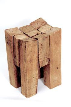 Tabouret  Antrim, un assemblage de vieux chevrons en chêne qui forme une assise concave.