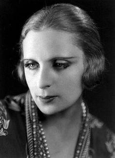 "Tamara de Lempicka May 1898 – 18 March Polish Art Deco painter & ""first female artist to become a glamour star"". Famous Artists, Great Artists, Tamara Lempicka, Moda Art Deco, Art Deco Artists, Italian Paintings, Estilo Art Deco, Art Deco Stil, People Of Interest"