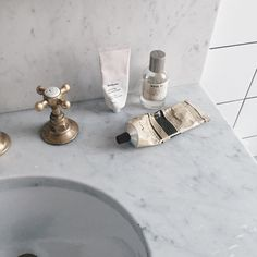 bathroom knobs with marble countertop