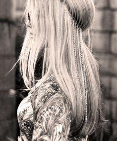 Chain Headband. Round-brushed hair.
