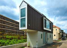 Тесни къщи усвояват малки терени. Малки отвън, просторни отвътре.