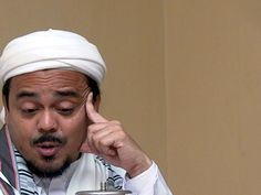 Sebut Uang Baru Bergambar Palu Arit, Habib Rizieq Dilaporkan ke Polisi http://malangtoday.net/wp-content/uploads/2017/01/habib-rizieq.jpg MALANGTODAY.NET – Pimpinan Front Pembela Islam (FPI) Rizieq Shihab kembali dilaporkan ke Polda Metro Jaya. Kali ini tokoh Islam Indonesia itu dilaporkan Jaringan Intelektual Muda Anti Fitnah (JIMAF)terkait pernyataannya tentang lambang palu arit dalam uang kertas baru yang dikeluarkan ... http://malangtoday.net/flash/nasional/sebut-