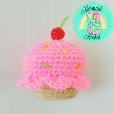 Yummy crochet cupcake Crochet Cupcake, Cupcake Emoji, Crochet Necklace, Strawberry Frosting, Mermaid, Crochet Hats, Knitting, Cute, Vanilla