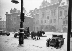 """Meeting horsepower: in front of the Old Town Hall"" Photo: Zdenko Feyfar - Czechoslovakia - Praha (Prague), late Prague Christmas, Prague Winter, Old Pictures, Old Photos, Vintage Photos, Old Town Square, Colourful Buildings, Fairytale Castle, Beautiful Places In The World"
