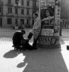 Limpiabotas en la Gran Vía -  Barcelona 1950