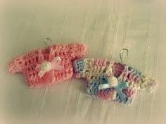 Buenos dias amigas   Les dejo por aqui mi paso a paso de estas mini camisitas a crochet!   me demore en hacerlas porque estaba tratand...