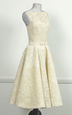 Ivory lace, designed by Edith Head and worn by Audrey Hepburn in Roman Holiday GORGEOUS! Tea Dresses, Dressy Dresses, Vintage Dresses, Vintage Outfits, Love Fashion, Retro Fashion, Vintage Fashion, Fashion Design, Edith Head