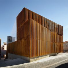 Completed in 2016 in Balaguer, Spain. Images by Pedro Pegenaute. Balaguer Courthouse is located at the old Quarter of the city. Balaguer is characterised by the brown-red chromatic of the geology –stone and earth-. Detail Architecture, Minimalist Architecture, Sustainable Architecture, Amazing Architecture, Contemporary Architecture, Interior Architecture, Metal Facade, Building Facade, Facade Design