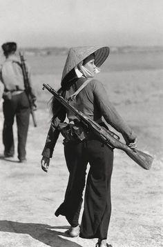 """Apache était un tireur d'élite Viet Cong et interrogatrice Connu comme """"Apache"""" En raison de ses méthodes de torturer les Marines américains et les troupes de l'ARVN et de laisser saigner à mort. Elle a été tuée en 1966 par Carlos Hathcock, qui faisait partie d'une équipe de tireurs d'élite du Corps des Marines des États-Unis. Son partenaire, le capitaine Edward James terre, habitée la lunette, tandis que son touché Hathcock Avec que les deux tours, je tiré."""