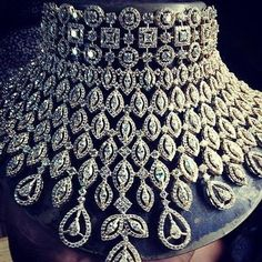 Photo of diamond studded statement choker necklace Indischer Hochzeitsschmuck – Diamond Choker Bridal Set Indian Jewelry Sets, Indian Wedding Jewelry, Bridal Jewelry Sets, Bridal Sets, Fine Jewelry, Bridal Jewellery, Gold Jewelry, Indian Weddings, Bridal Earrings