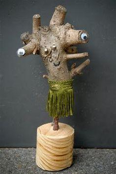 Een stuk van een tak gebruiken om een 'monster' of 'alien' te maken.
