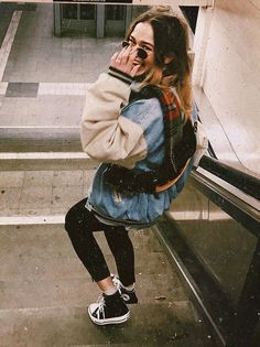 nyc subway station - denim bomber jacket and black high top chuck taylors Street style fashion Hipster Mode, Hipster Girl Fashion, Moda Hipster, Hipster Stil, Style Hipster, Tumblr Hipster, Hipster Outfits, Tumblr Girls, Cute Outfits