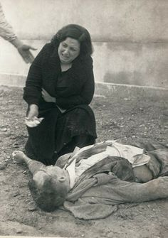 A widow mourns the death of her husband, killed by rebel air bombers at Lleida, Catalonia (Spain). Spanish civil war by photographer Agustí Centelles Guernica, World History, World War Ii, Spanish War, Fotografia Social, War Photography, Interesting History, Second World, Old Pictures