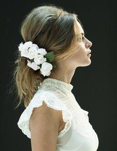 No lo dudeis, las flores son un acompañamiento perfecto par el día de tu boda, un buen tocado siempre es versatil, perfecto para cualquier look casual después de tu boda