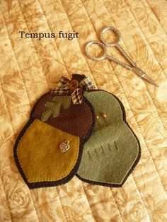Acorn shaped pin keep/needle case. MoreAcorn shaped pin keep/needle case. Sewing Case, Sewing Box, Sewing Notions, Sewing Kits, Motifs Applique Laine, Wool Applique, Embroidery Tools, Felt Embroidery, Needle Case
