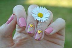 This elegant nail art designed by Jasmin! You can enjoy the nail art here>>http://lack-a-like.blogspot.de/2015/07/madchenzeit-schockverliebt.html