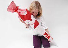 Diese farbenfrohe Schultüte wird ein Hingucker auf jeder Einschulung.    4 Buchstaben sind im Preis enthalten, jeder weitere Buchstabe kostet 1€ pro Stück. Die Buchstaben werden aufgeklebt.    Die Stoffhülle der Schultüte eignet sich nicht zum waschen, da sie zum Teil beklebt ist. Farb-und Formgebung kann geringfügig vom Musterbild abweichen.