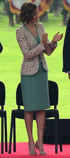 Queen Letizia of Spain applauding her husband's speech during a welcoming ceremony given by Mexican President Enrique Peña Nieto and his wife First Lady Angelica Rivera at Campo Marte on June 2015 in Mexico City, Mexico. Outfits Casual, Classy Outfits, Dress Outfits, Cool Outfits, Fashion Dresses, Green Dress Outfit, Amazing Outfits, Chanel Fashion, Royal Fashion