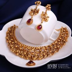 Price pls This exquisite floral goldnecklace set is specially made in such a way that no lady can say no to this piece of art. Get it this season for a radiant look. Gold Bangles Design, Gold Jewellery Design, Gold Jewelry, India Jewelry, Gold Necklaces, Temple Jewellery, Handmade Jewellery, Gold Fashion, Fashion Jewelry