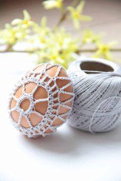 Návod na obháčkované velikonoční vajíčko Easter Bunny, Easter Eggs, Crochet Snowflakes, Easter Crochet, Crochet Earrings, Spring, Crafts, Jewelry, Easter Decor