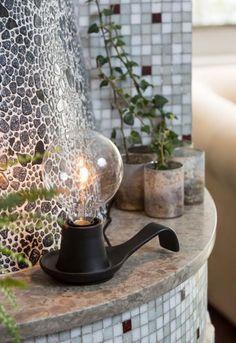Snygga bordslampan Alladin från Watt och Veke är en vacker lampa där designen har inspireras av en gammal oljelampa.