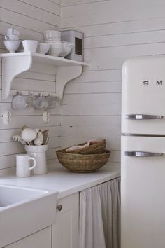 Med lite pirr i magen så vill jag önska er varmt välkomna! Decor, Kitchen Inspirations, Beautiful Kitchens, Vintage Stoves, White Cottage, Vintage House, Shabby Vintage, White Decor, Cottage Kitchens
