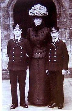 La princesse de Galles (future reine Mary avec deux de  ses fils: le prince David, futur Edward VIII puis duc de Windsor et le prince Albert, futur George VI