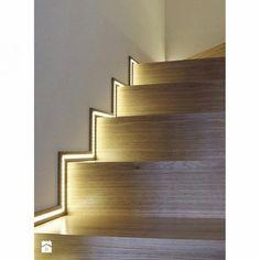 Olha o charme dessa escada! Luz na lateral da parede acompanhando todos os degraus. A iluminação é elegante e, além disso, facilita a visão!
