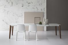 Match table designed by Mauro Lipparini for Bonaldo brings an interesting balance between top and structure. Its delicate legs in solid ash-wood make a beautiful contrast with the top in extra-light glass. Modern Dining Table, Dining Chairs, Dining Rooms, Italian Furniture, Modern Furniture, Extension Dining Table, Matcha, Interior, Home Decor