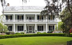 The Cedars Plantation, Natchez Mississippi,was built in and is believed to be the oldest surviving house in the parish.It has also been known as Williams Home Place. Farmhouse Architecture, Architecture Old, Classical Architecture, Southern Architecture, Southern Style Homes, Southern Charm, Southern Living, Plantation Style Homes, Old Abandoned Houses