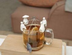 A la recherche d'un cadeau de fin d'année original pour l'instit de votre enfant? Venez découvrir ces quatre japonais pêchant le sachet de thé. Les pêcheurs se clipsent au bord de votre tasse de thé. La canne à pêche empêche le sachet de thé de glisser au fond de votre tasse. Pratique et sympa.