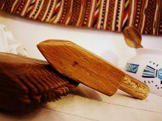 Strumenti in legno che accompagnano il telaio durante la lavorazione dei fili e degli intrecci