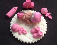 Neonata di fondente su una coperta rosa torta di evynisscaketopper