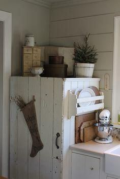 New farmhouse style christmas log cabins 63 ideas Primitive Kitchen, Country Kitchen, Primitive Cabinets, Country Primitive, Refrigerator Makeover, Chalkboard Paint Refrigerator, Farmhouse Style, Farmhouse Decor, Modern Farmhouse