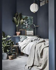 Por ter janelas grandes, este quarto sueco criado por Linda Ahman (@lindaahman) para o apartamento do artista visual Mattia Vural (@mattiasvural), originalmente publicado na revista sueca Residence (@residencemag), acolhe belamente um combo de tendências: paredes escuras e profusão de plantas dentro de casa. Não por acaso, ele foi eleito nosso #décordodia. Veja mais no site (link na bio)! #casavogue