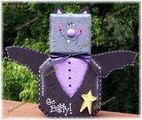 Batty Oscar Samhain Halloween, Holidays Halloween, Halloween Crafts, Holiday Crafts, Halloween Decorations, Holiday Decor, Halloween Ideas, Door Crafts, Wooden Crafts