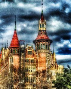 Coses que veus per #BCN només aixecant la vista una mica #maravelles #CasaDeLesPunxes #CasaTerradas #architecture #clouds #colors #igersbcn #igersbarcelona #igerscatalunya #instacat #instabcn #instaday #instacool #instagood