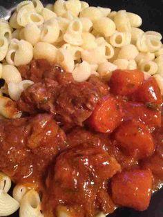 J'avais envie d'une viande en sauce avec une viande et des légumes fondant ... pour 4 pers 4 pp / pers (weight watchers) - 500 g de morceaux de veau (blanquette ou épaule) -1 c à c d'huile d'olive -1 c à c de farine - 1 petite boite de concentré de tomate...