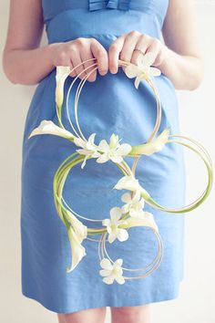 A circle bouquet . For a Wedding Bouquet Guide… Diy Wedding Flowers, Bridal Flowers, Floral Wedding, Deco Floral, Arte Floral, Floral Design, Flower Meanings, Alternative Bouquet, Deco Originale