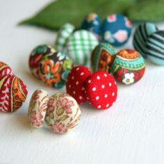 Bijoux fai da te idee: gli orecchini di stoffa e pizzo che belli! www.donnaclick.it - Donnaclick