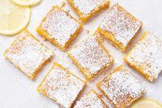 Dessert lemon bars over baking paper Dessert Simple, Lemon Desserts, Easy Desserts, Fish And Chips, Brunch Recipes, Dessert Recipes, Lemon Curd Filling, Lemon Squares, Shortbread Bars