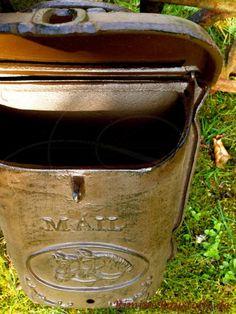 Mediterraner oder südländischer #Briefkasten in der #Farbe braun, geöffnet. Messenger Bag, Satchel, Bags, Post Box, Architectural Materials, Cast Iron, Rustic, Handbags, Taschen