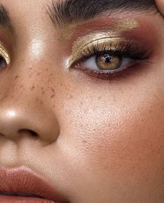 Gold oil spill on Christina Nadin using Mehron Inc metallic powder & Linda Hallberg Multipurpose gloss Photography Tamara Williams… Gold Eyeshadow Looks, Golden Eyeshadow, Gold Eyeshadow Palette, Gold Eye Makeup, Eye Makeup Art, Makeup For Brown Eyes, Eyeshadow Makeup, Beauty Makeup, Eyeliner