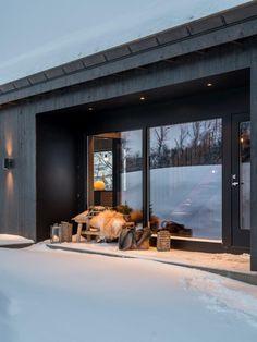 Nyoppført, lekker hytte levert av Sjemmdalhytta | FINN.no A Frame Cabin, Dream House Exterior, Deco Design, Cottage Homes, Ski Chalet, Modern Architecture, Modern Farmhouse, Interior Decorating, Interior Design