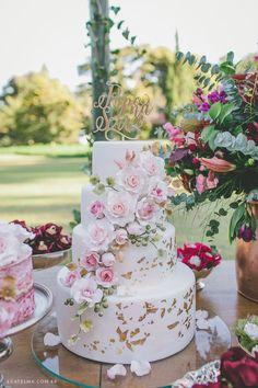 Casamento no campo estilo Boho Chic. Papo Lápis de Noiva. Bolo de casamento com topo de bolo personalizado.