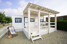 Mobil Home de alquiler, con vistas al mar, en el camping situado en la Costa Dorada. Small House Exteriors, Pergola, Outdoor Structures, Camping, Vintage, Bed, Furniture, Small Homes, Home Decor