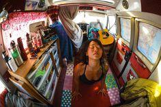 min campervan-hippie-boheme-tilværelse-drøm:-) Hvor jeg selvfølgelig OGSÅ har lært at spille guitar... Tage noget af feel-good/relax attituden herfra og blande med noget struktureret/stramt/klart