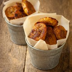 Caribbean-spiced crispy plantain chips {Gluten-Free, Vegan} Makes 4 servings 2 T. ml) olive oil 1 T. ml) fresh lemon juice 1 T. g) mild curry powder t. g) chipotle powder or cayenne (optional) 3 large plantains Plantain Chips Recipe, Baked Plantain Chips, Baked Plantains, Carribean Food, Caribbean Recipes, Healthy Baking, Healthy Snacks, Comida Latina, Skinny Recipes