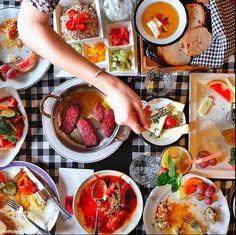 Photo by Hannah Ferrara Fresh Rolls, Turkey, Ethnic Recipes, Food, Yummy Yummy, Drink, Night, Ideas, Kitchens